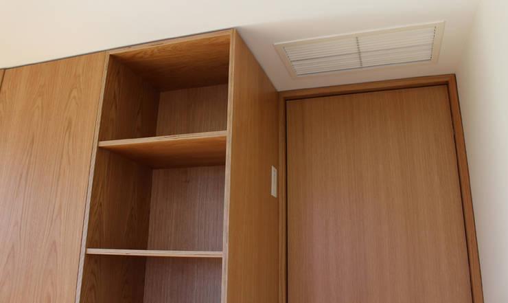 APARTAMENTO SJ: Quartos  por NUNO DURAO ARQUITECTOS,Moderno Madeira Acabamento em madeira