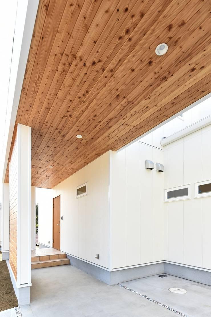 Garage/shed by Sen's Photographyたてもの写真工房すえひろ, Modern