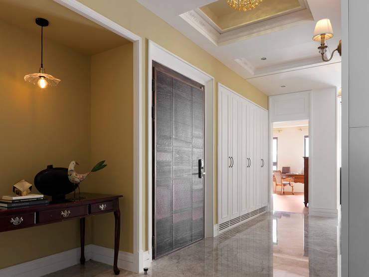 | L&C 住宅 |:  走廊 & 玄關 by 賀澤室內設計 HOZO_interior_design