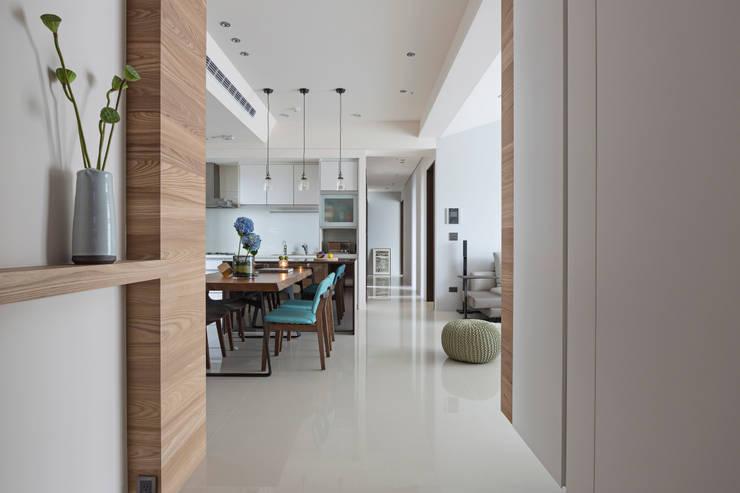 Pasillos y vestíbulos de estilo  de 賀澤室內設計 HOZO_interior_design