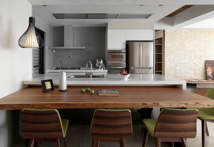 l 河岸邊邊 l:  廚房 by 賀澤室內設計 HOZO_interior_design