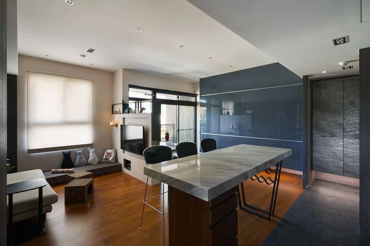 Living room by 藻雅室內設計