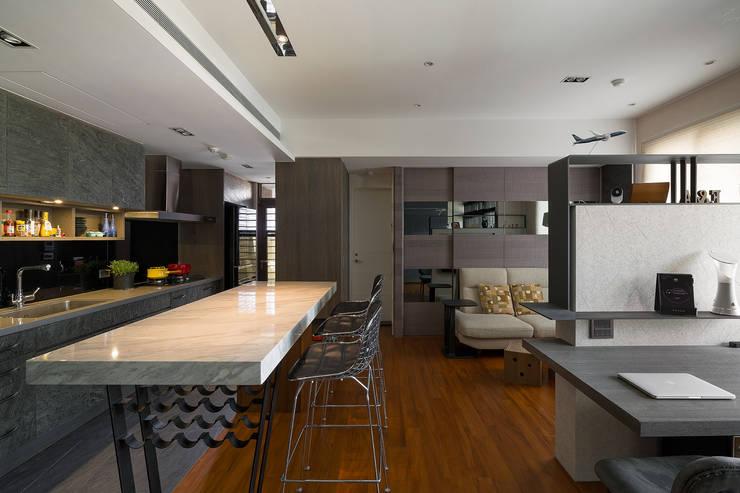 Dining room by 藻雅室內設計