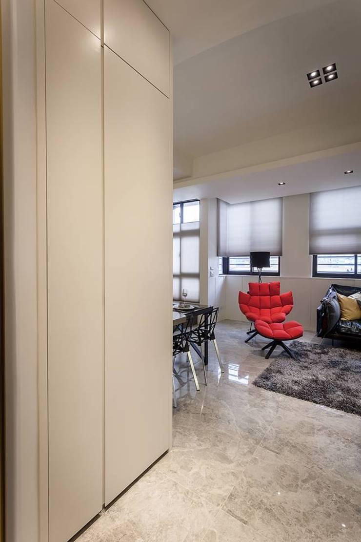 玄關鞋櫃:  走廊 & 玄關 by 你你空間設計