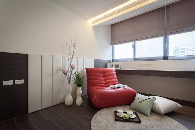 起居室:  書房/辦公室 by 你你空間設計