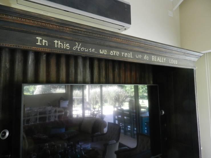 Casa en bario cerrado- Diseño de muebles personalizado: Livings de estilo  por Sepia reciclados,