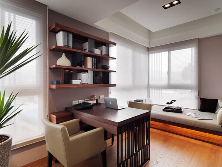 Estudios y oficinas de estilo  por 大集國際室內裝修設計工程有限公司