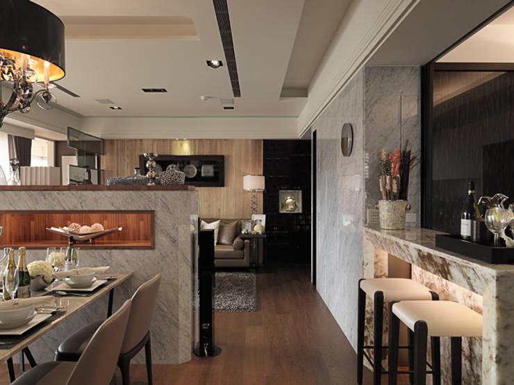 單身50坪~粉領就愛奢華風:  餐廳 by 大集國際室內裝修設計工程有限公司