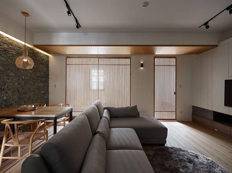 Projekty,  Salon zaprojektowane przez 大集國際室內裝修設計工程有限公司