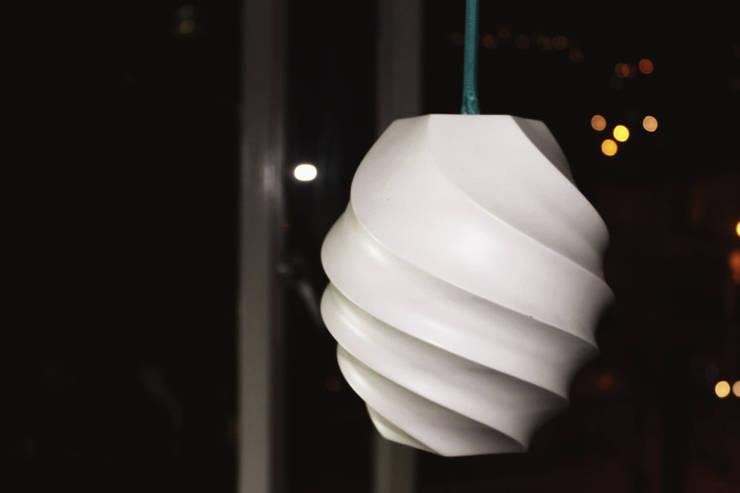 .Lámpara Torno: Oficinas y tiendas de estilo  por Fabric3D