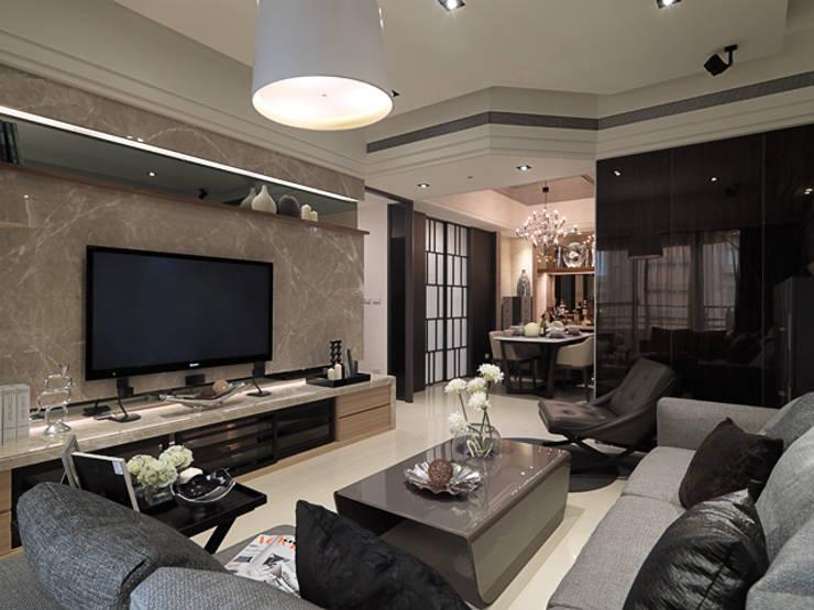 都會居宅生活模式~超五星級飯店式的豪華精緻:  客廳 by 大集國際室內裝修設計工程有限公司