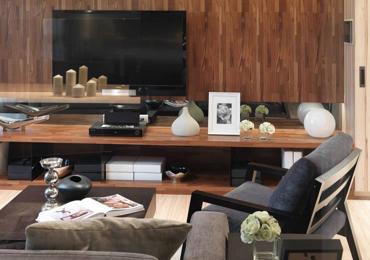 單身貴族的最愛~現代質感與創意機能滿分:  客廳 by 大集國際室內裝修設計工程有限公司