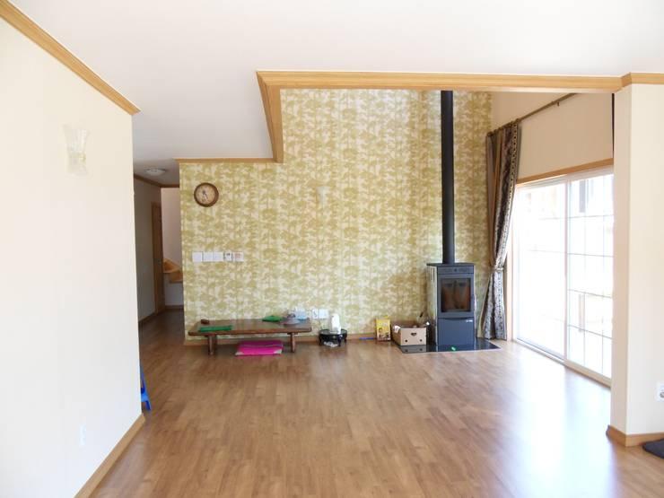 가평 빨간벽돌 주택: Timber house의  거실
