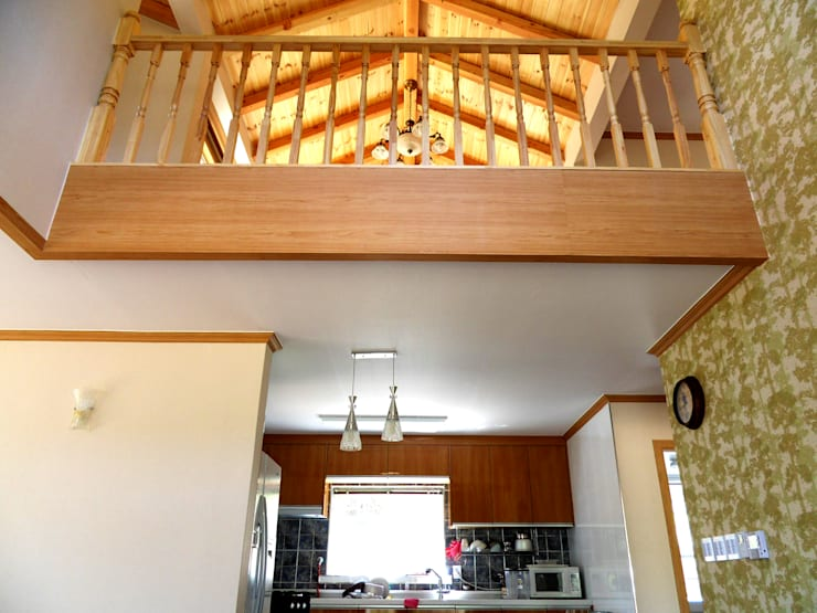 가평 빨간벽돌 주택: Timber house의  복도 & 현관