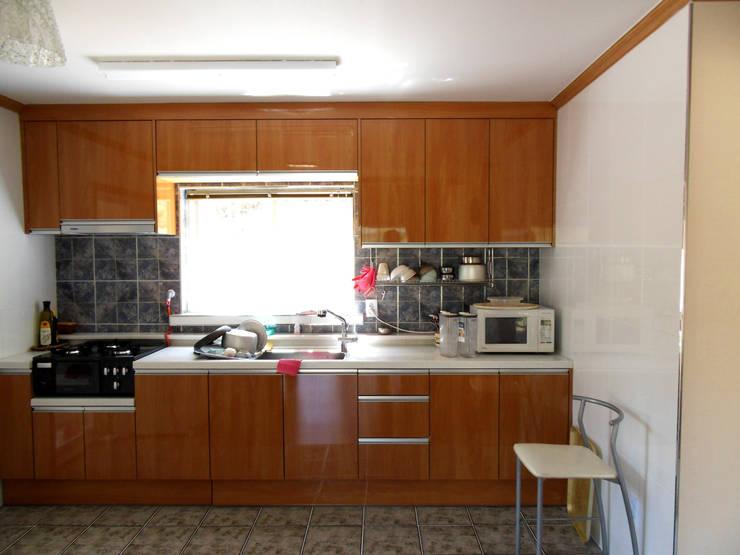 가평 빨간벽돌 주택: Timber house의  주방