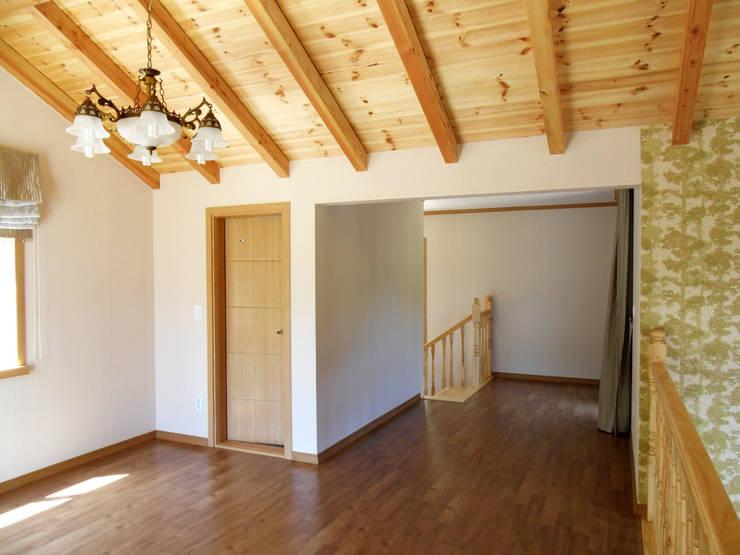 가평 빨간벽돌 주택: Timber house의  침실