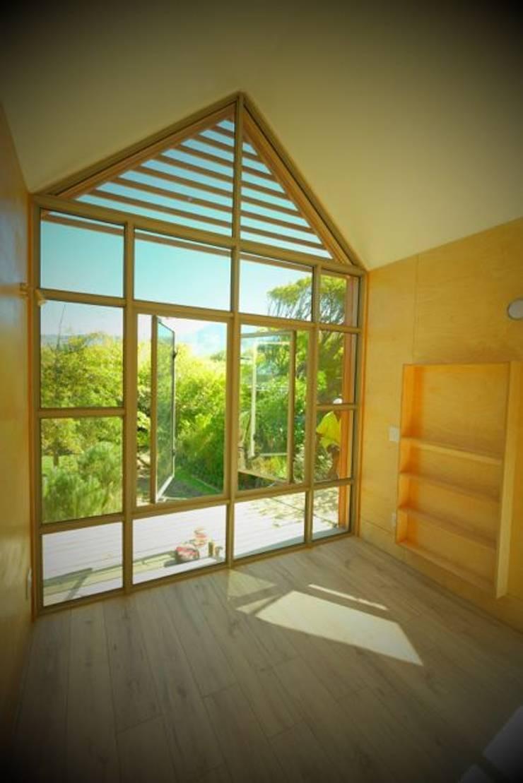 Greenpods model 18+ :  Living room by Greenpods, Scandinavian Wood Wood effect