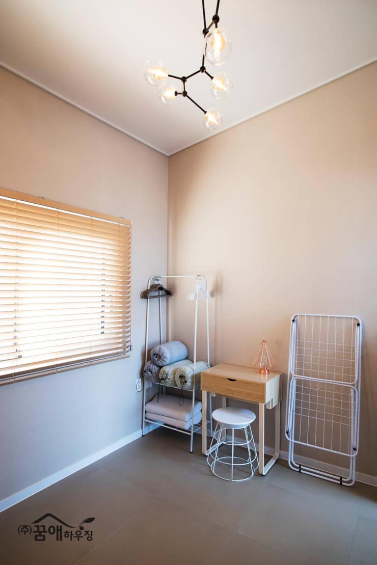 도시적이고 세련된 분위기를 강조한 고급목조주택: 꿈애하우징의  침실,