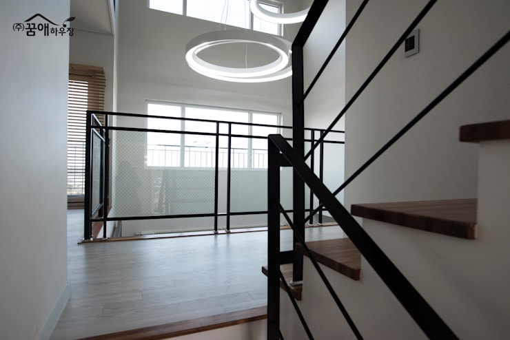 도시적이고 세련된 분위기를 강조한 고급목조주택: 꿈애하우징의  복도 & 현관,