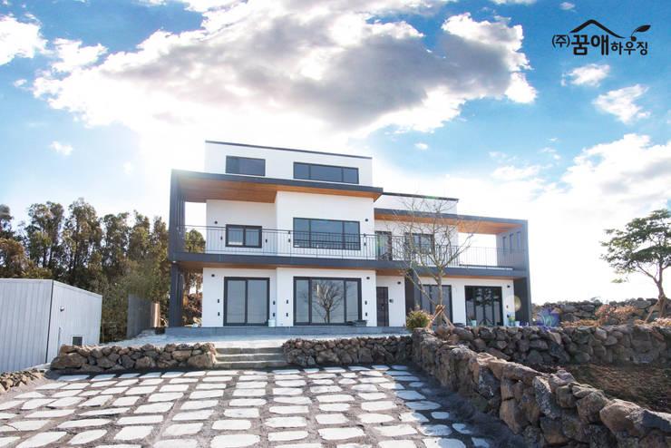 도시적이고 세련된 분위기를 강조한 고급목조주택: 꿈애하우징의  주택