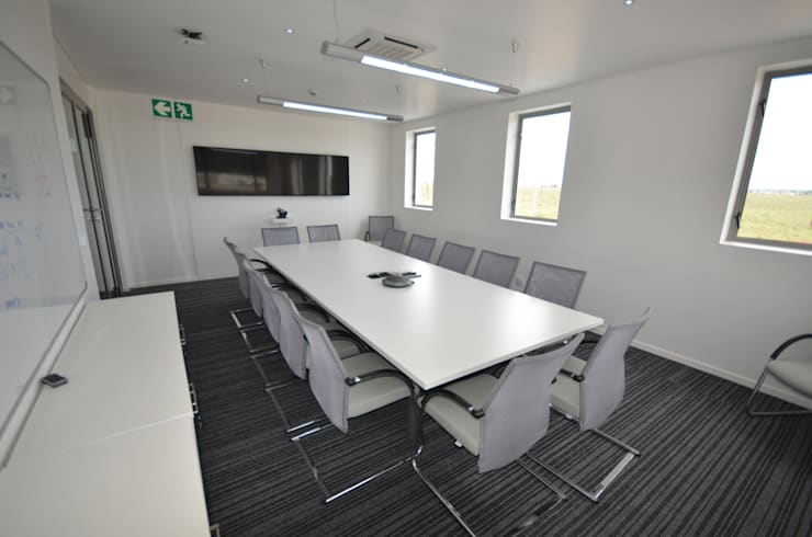 meeting room:  Office buildings by Till Manecke:Architect, Modern