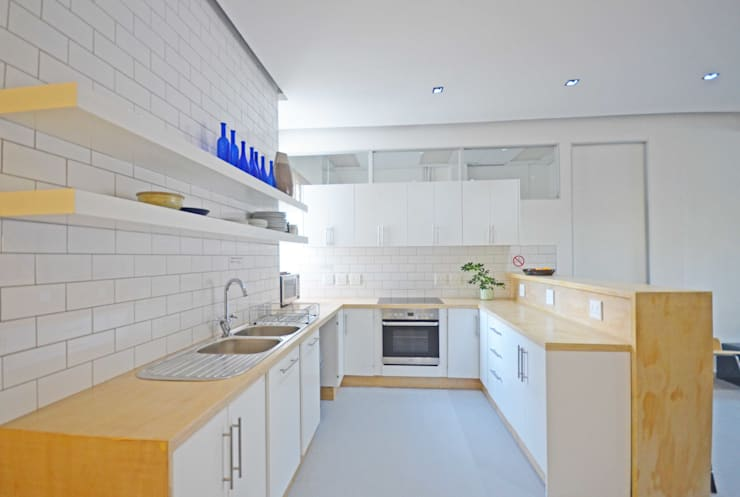 open plan kitchen dining:  Kitchen by Till Manecke:Architect