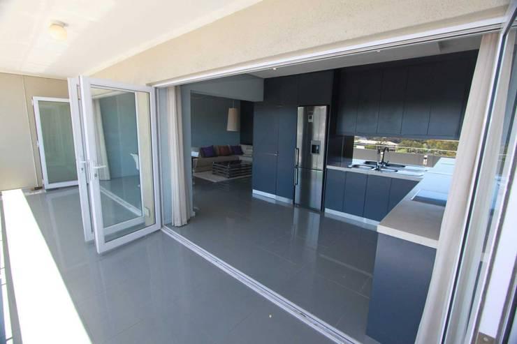 kitchen terrace:  Patios by Till Manecke:Architect