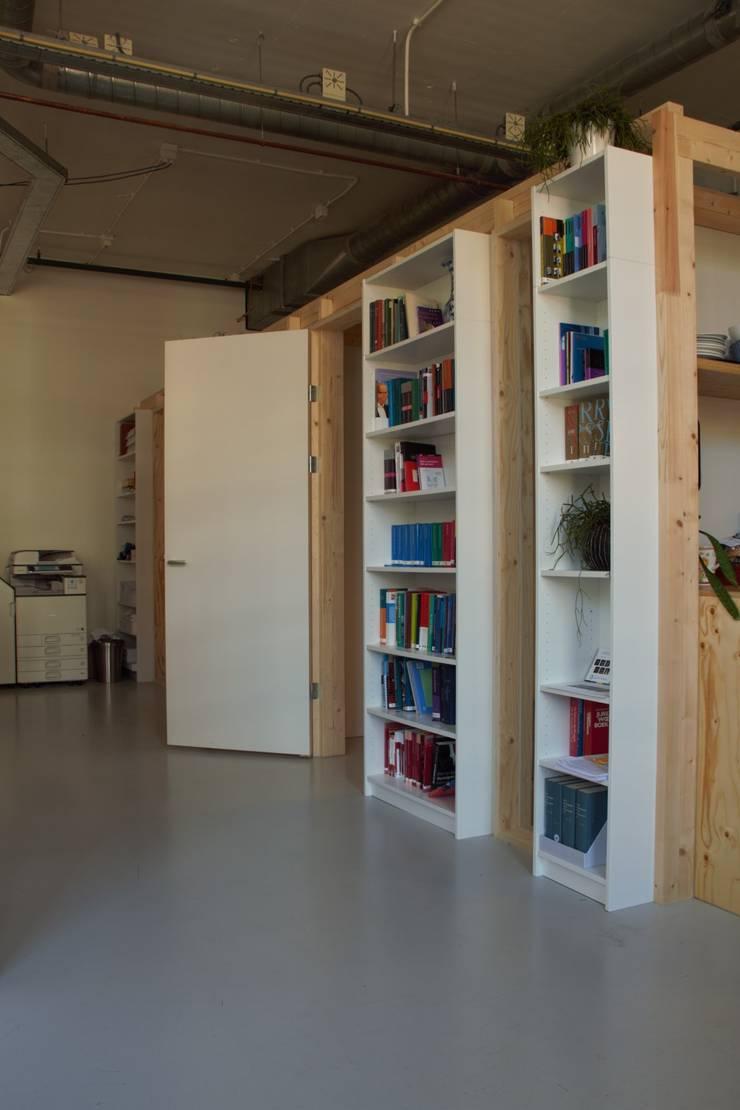 kastenwand met erachter de spreekkamers:  Kantoor- & winkelruimten door Erik van Zanten Ontwerpen en Bouwen, Modern