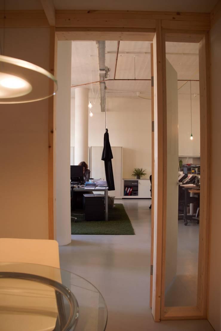 Totaalconcept interieur van het hoofdkantoor De Haagsche Meester in Bink36 in Den Haag:  Kantoor- & winkelruimten door Erik van Zanten Ontwerpen en Bouwen, Modern