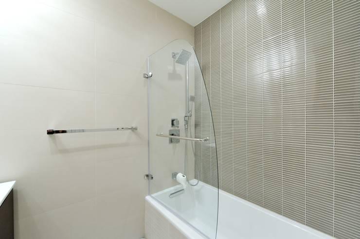 Ванные комнаты в . Автор – KBR Design and Build, Модерн
