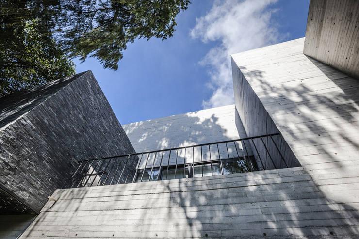 Casas de estilo  por Miguel de la Torre Arquitectos