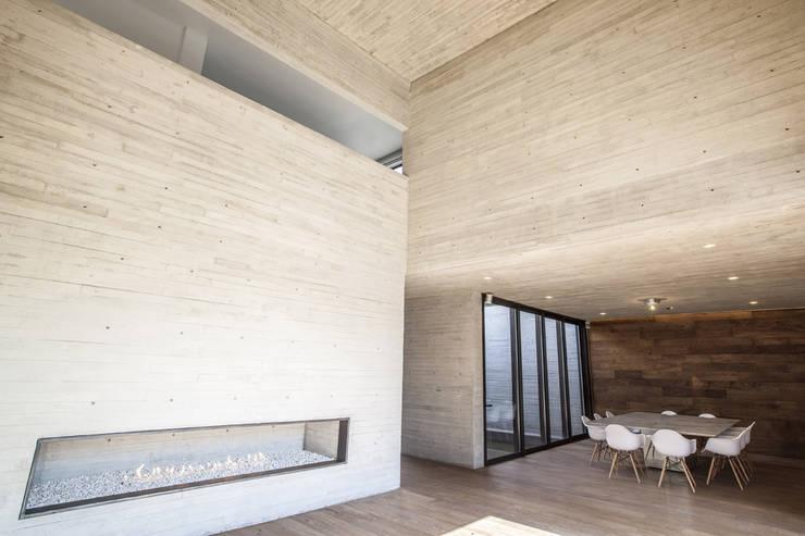 Pasillos y vestíbulos de estilo  por Miguel de la Torre Arquitectos