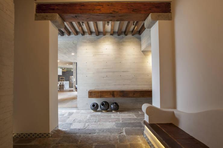 Casa F12 - Miguel de la Torre Arquitectos: Pasillos y recibidores de estilo  por Miguel de la Torre Arquitectos