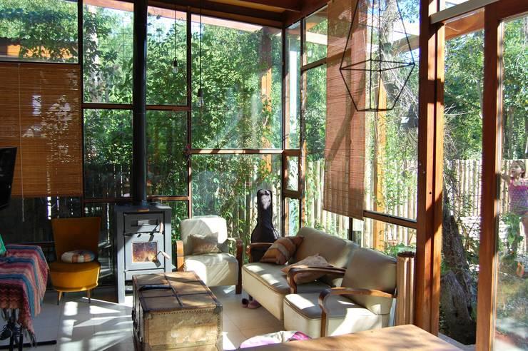 CASA VIVA: Livings de estilo industrial por Guadalupe Larrain arquitecta