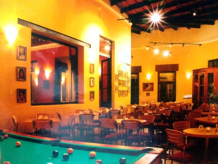 Restó Bar: Bares y Clubs de estilo  por Valy,