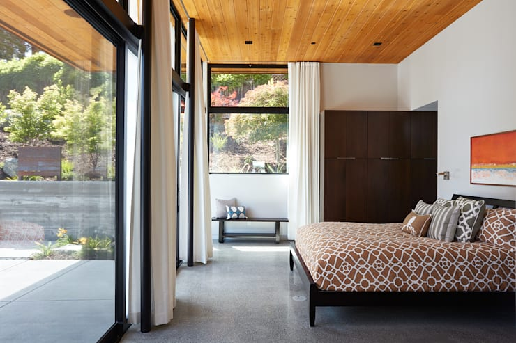 Glass Wall House:  Bedroom by Klopf Architecture