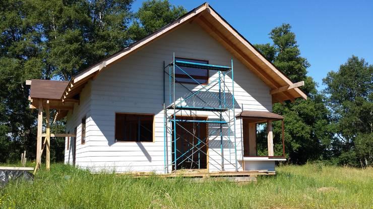 Exterior, fachada principal: Casas de estilo  por Arquitectura y Construcción Chinquel