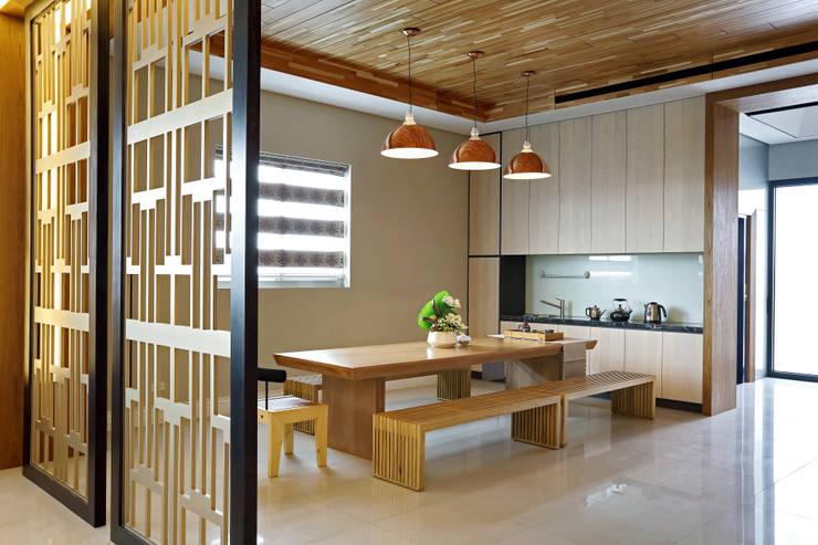 Taiwan Taichung - C House:  餐廳 by 信美室內裝修