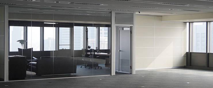單玻隔間系統 (SE系列隔間):  辦公大樓 by 信美室內裝修