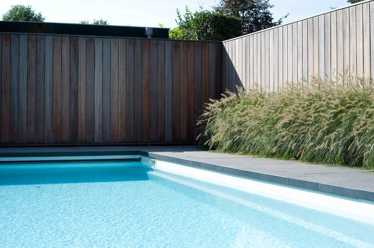 Zwembad met sfeer.:  Zwembad door Heart for Gardens.