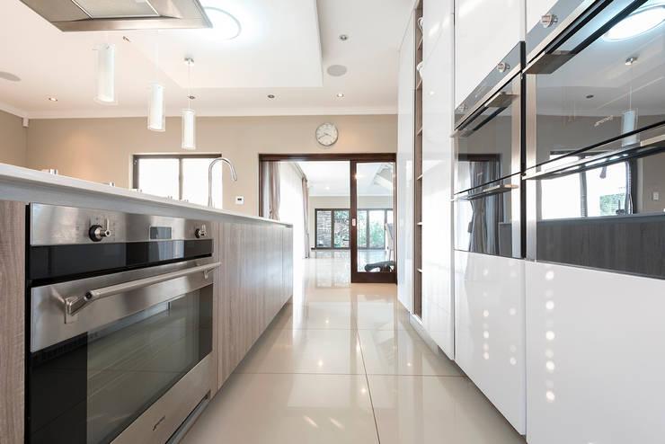 House Zwavelpoort AH:  Kitchen by Metako Projex, Country