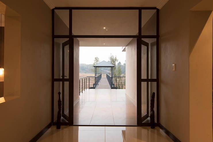 House Zwavelpoort AH:  Corridor & hallway by Metako Projex, Country