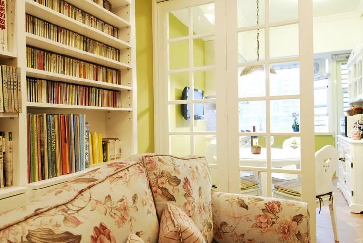 客廳連接開放式廚房:  客廳 by 浩司室內裝修設計有限公司 HOUSE INTERIOR DESIGN