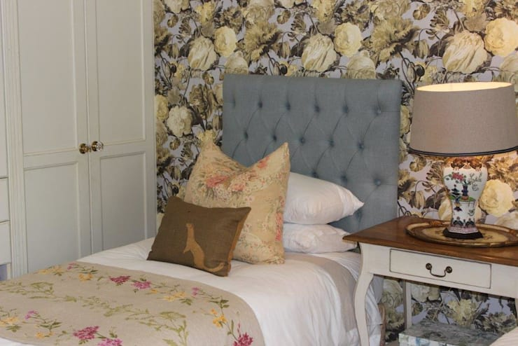Guest Bedroom—Everton:  Bedroom by Taryn Flanagan Interiors