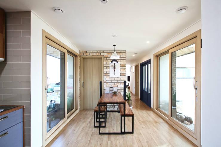 modern Dining room by 로이하우스