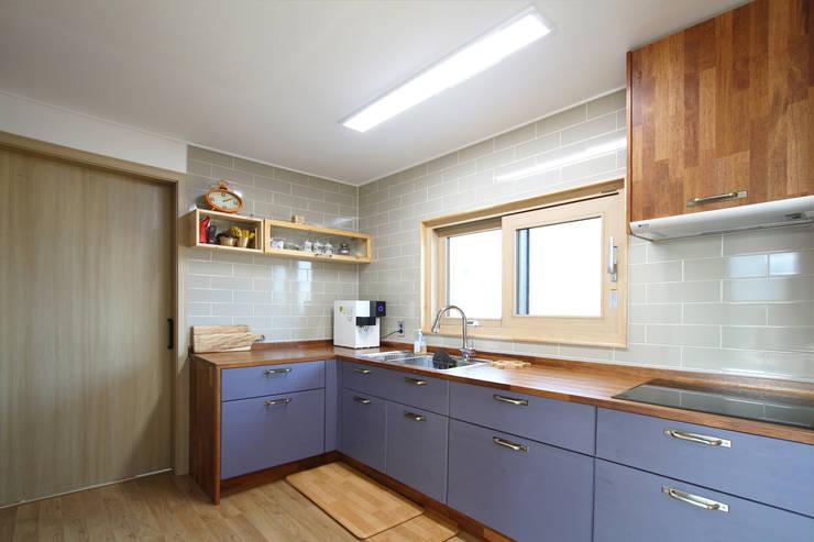 Kitchen by 로이하우스