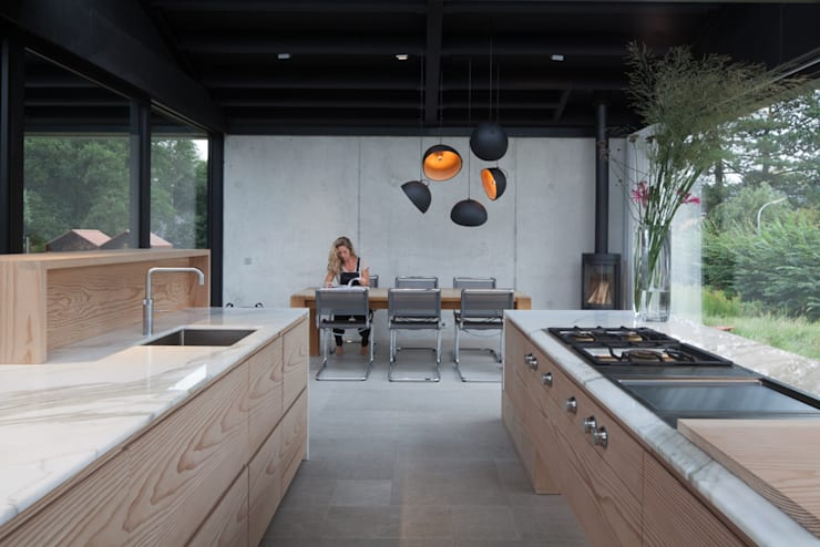Villa Schoorl:  Keuken door Architectenbureau Paul de Ruiter