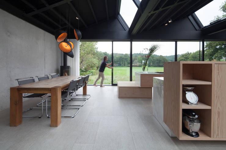 Villa Schoorl:  Eetkamer door Architectenbureau Paul de Ruiter
