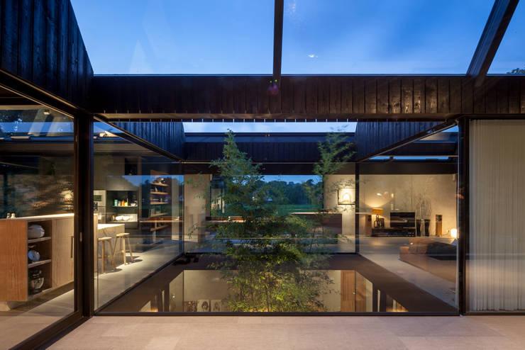 Villa Schoorl:  Woonkamer door Architectenbureau Paul de Ruiter
