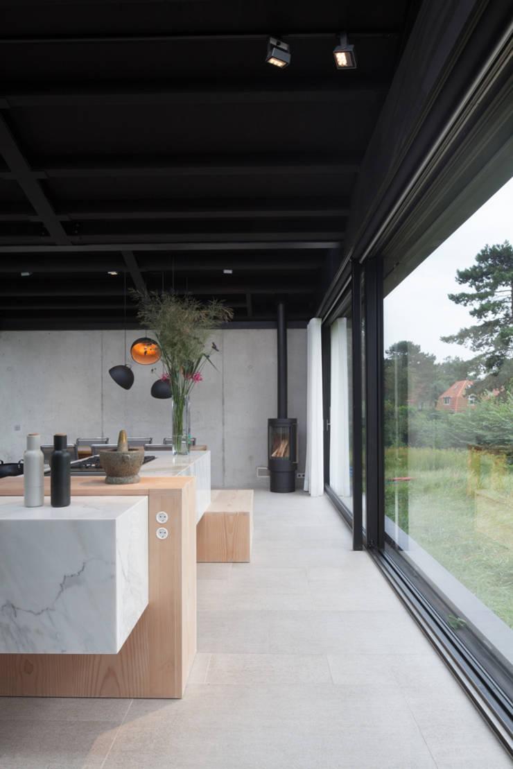 Villa Schoorl:  Keuken door Architectenbureau Paul de Ruiter